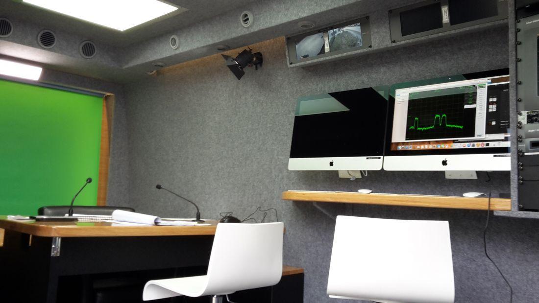 VViP: Presentatie desk. Monitor rechts geeft de spectrum analyzer weer.