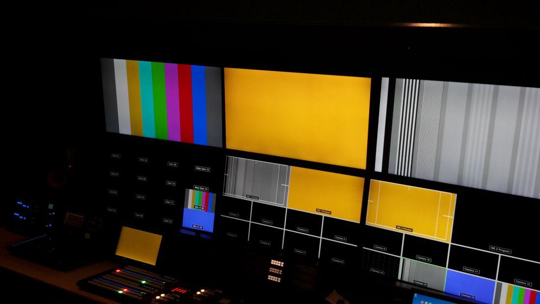 OB 1:  UHD/ 4K 15 camera regie trailer binnen.