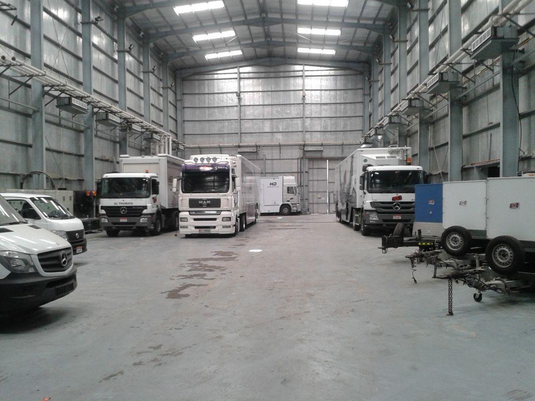 Abu Dhabi media center: Rechts op de foto een van de SNG's. 24* C.